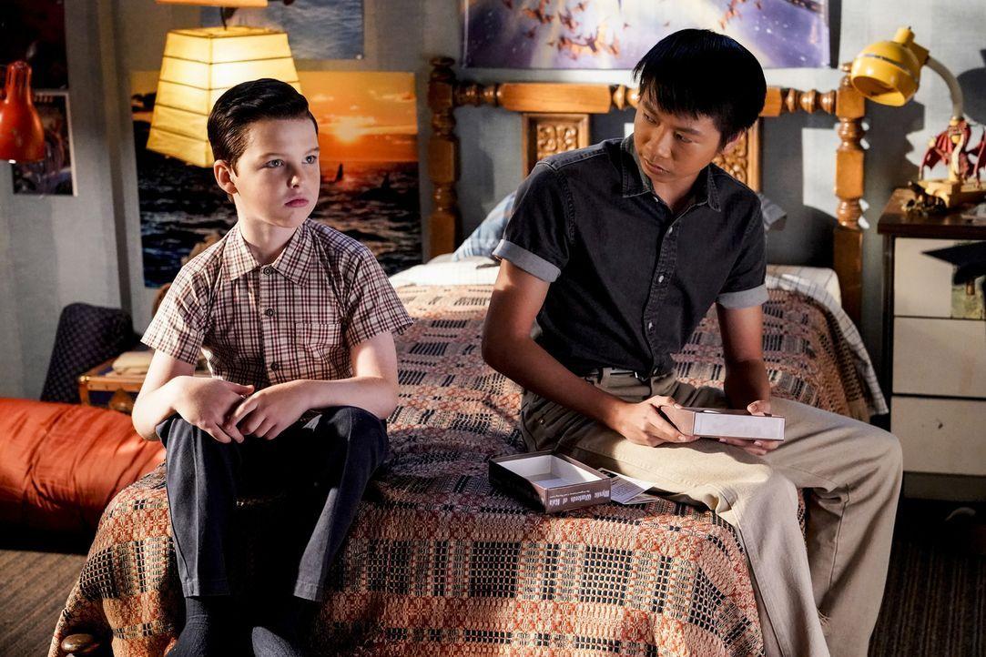 Sheldon (Iain Armitage, l.); Tam (Ryan Phuong, r.) - Bildquelle: Warner Bros.