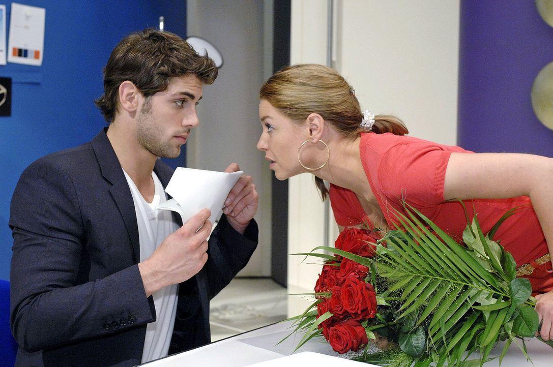 Katja (Karolina Lodyga, r.) versucht Jonas (Roy Peter Link, l.) eifersüchtig zu machen ... - Bildquelle: Oliver Ziebe Sat.1