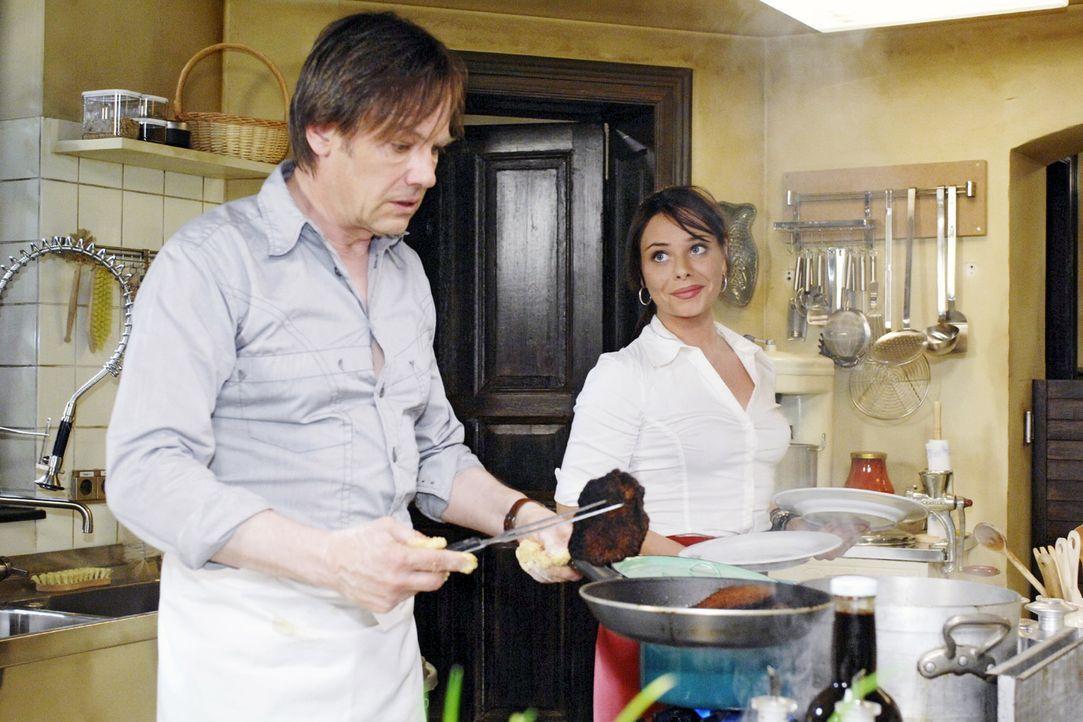 Nach Susannes Abgang ist es an Armin, sich als Koch zu versuchen. v.l.n.r.: Armin (Rainer Will), Paloma (Maja Maneiro) - Bildquelle: Oliver Ziebe Sat.1