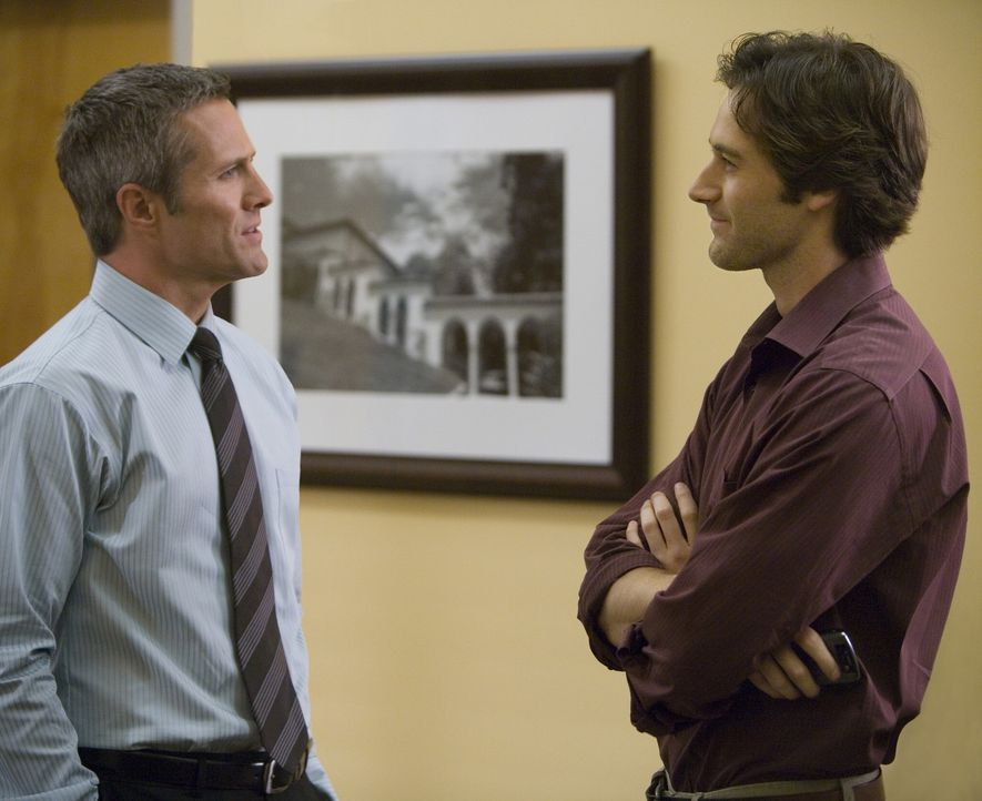 Harry (Rob Estes, l.) und Ryan (Ryan Eggold, r.) planen einen Männerabend - doch Harry plant noch viel mehr... - Bildquelle: TM &   CBS Studios Inc. All Rights Reserved