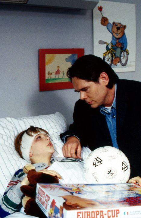 Wolfgang Karbacher (Peter Buchholz, r.) besucht seinen Sohn Nico (Christoph Kozik, l.) im Krankenhaus. Er ist der Trainer von Nicos Fußballteam und... - Bildquelle: Krajewsky Sat.1