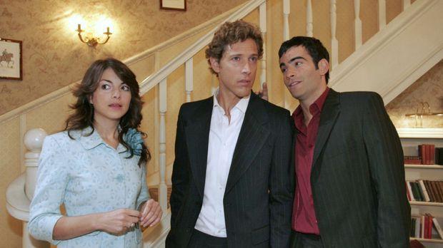 Mariella (Bianca Hein, l.) fühlt sich ertappt, als David (Mathis Künzler, r.)...