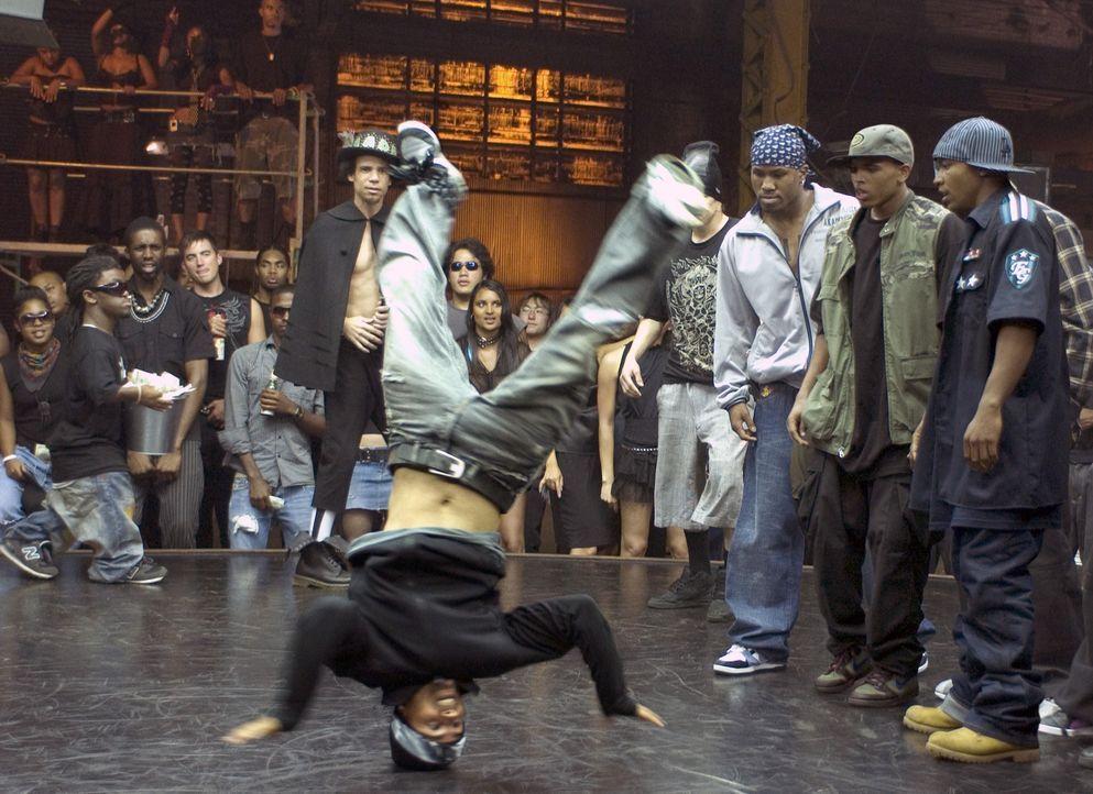 Sie sind die Kings in den Underground-Clubs von L.A.: die Brüder DJ (Columbus Short, r.) und Buron (Chris Brown, 2.v.r.), die jeden Streetdance-Wett... - Bildquelle: 2007 CPT Holdings, Inc. All Rights Reserved. (Sony Pictures Television International)