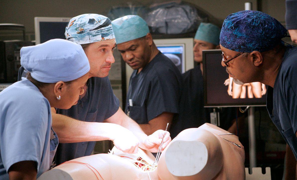 Üben die Operation, die auf sie zukommen wird: Bailey (Chandra Wilson, l.), Derek (Patrick Dempsey, 2.v.l.) und Webber (James Pickens Jr., r.) ... - Bildquelle: Touchstone Television