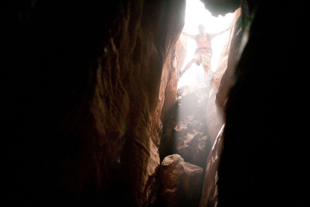 Ein Alptraum beginnt: Aron Ralston (James Franco) ist 127 Stunden in einer Felsspalte festgehalten, bevor er sich mit einer Verzweiflungstat befreie... - Bildquelle: 2010 Twentieth Century Fox Film Corporation. All rights reserved.