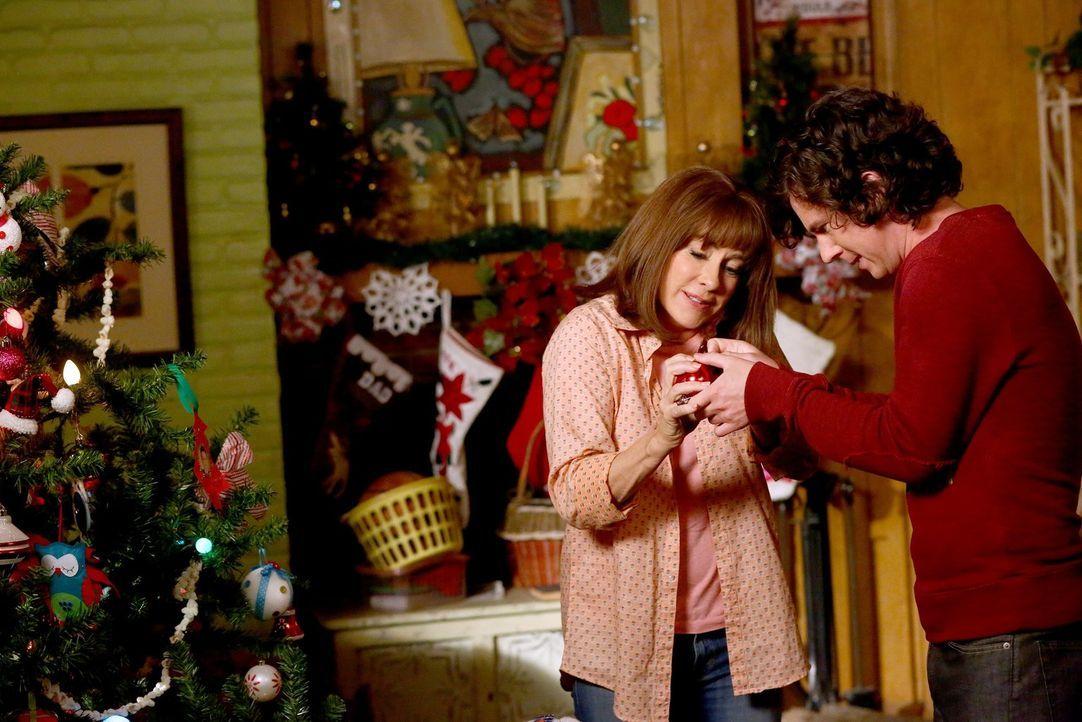 Zu Weihnachten vertragen sich Frankie (Patricia Heaton, l.) und Axl (Charlie McDermott, r.) wieder, doch der Frieden währt nicht lange ... - Bildquelle: Warner Bros.