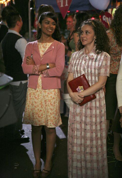 Am Jahrmarkt der Verbindungen: Rebecca (Dilshad Vadsaria, l.) und Lizzi (Senta Moses, r.) ... - Bildquelle: ABC Family