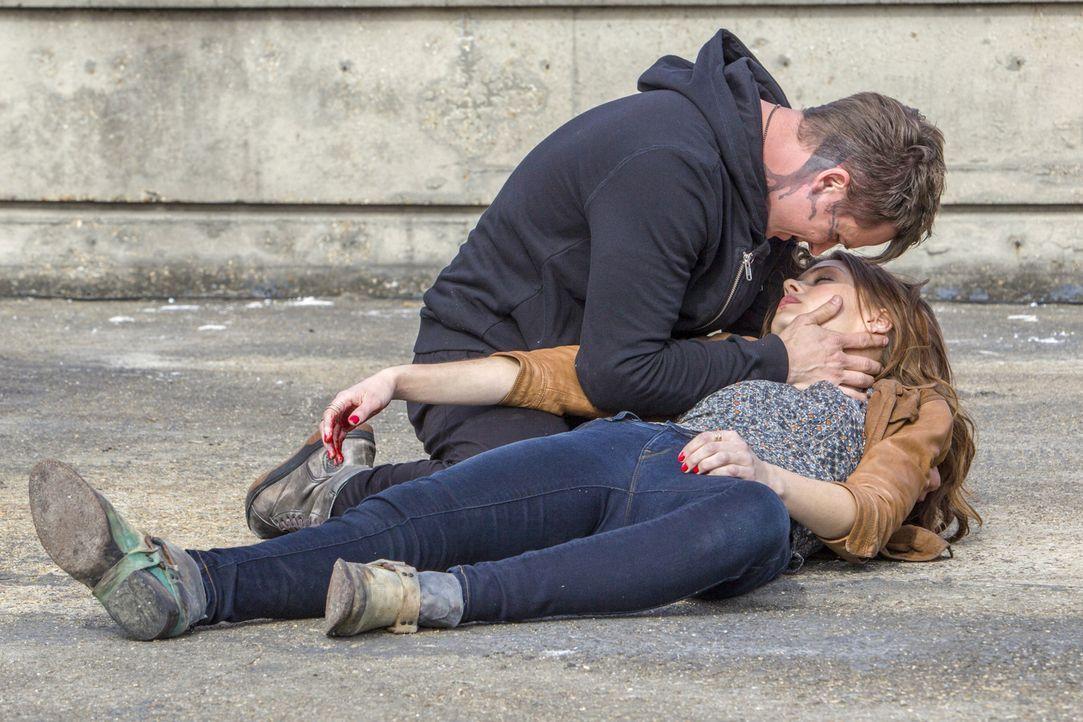 Muss sich Roman (Matt Lanter, l.) tatsächlich für immer von Emery (Aimée Teegarden, r.) verabschieden, nachdem sie sich erst neu wieder gefunden hab... - Bildquelle: 2014 The CW Network, LLC. All rights reserved.