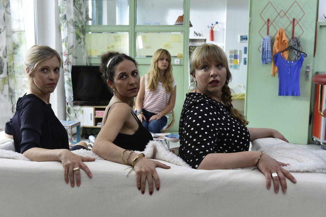Mila (Susan Sideropoulos, hinten) ist überrascht, dass alle Singles, wie auch (vl.n.r.) Janna (Nicole Ernst), Isis (Shirin Soraya) und Babsi (Vera S... - Bildquelle: Claudius Pflug SAT.1
