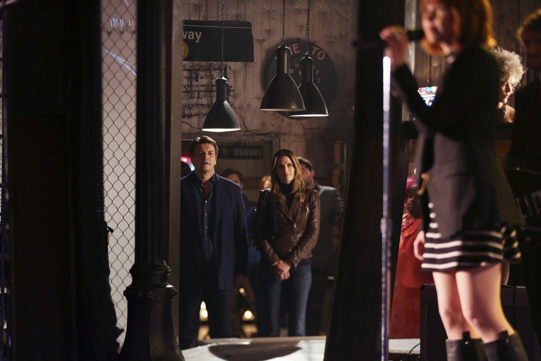 Weil sich Castle (Nathan Fillion, l.) und Kate (Stana Katic, r.) so in der Musik von Carly Rae Jepsen (Carly Rae Jepsen, vorne) verlieren, blamieren... - Bildquelle: John Fleenor ABC Studios