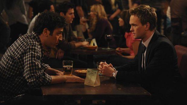 Ted (Josh Radnor, l.) gibt Barney (Neil Patrick Harris, r.) einen Robin-Grund...