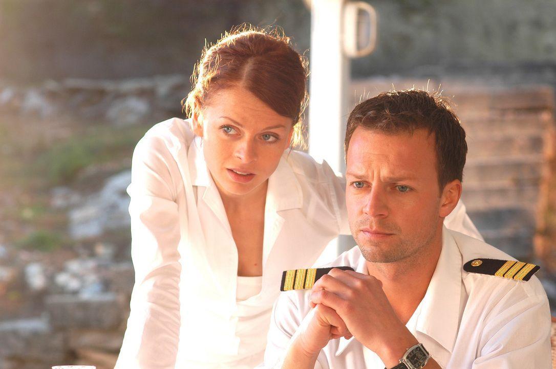 Als Katrin (Isabell Gerschke, l.) erfährt, dass Schiffsarzt Markus (Michael Härle, r.) in festen Händen ist, startet sie zu einem raffinierten Rache... - Bildquelle: Gordon Mühle ProSieben