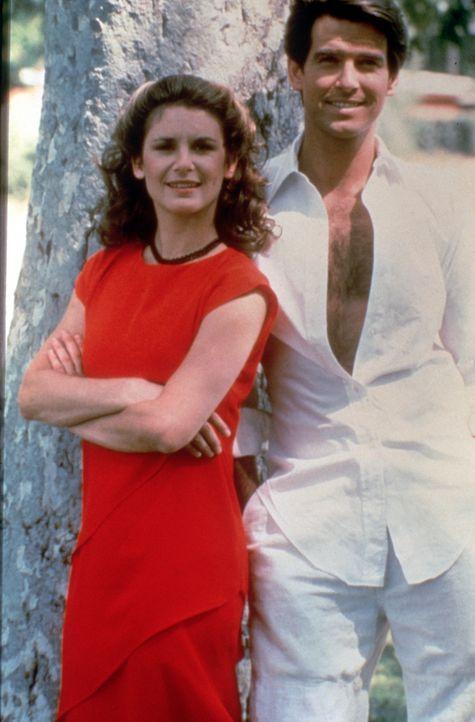 Laura Holt (Stefanie Zimbalist, r.) und Remington Steele (Pierce Brosnan) sind ein tolles Team: Laura ist klug, geschickt und attraktiv, und Remingt... - Bildquelle: Motion Picture   1985 MTM PRODUCTIONS.    2001 Twentieth Century Fox Film Corporation. All rights reserved.