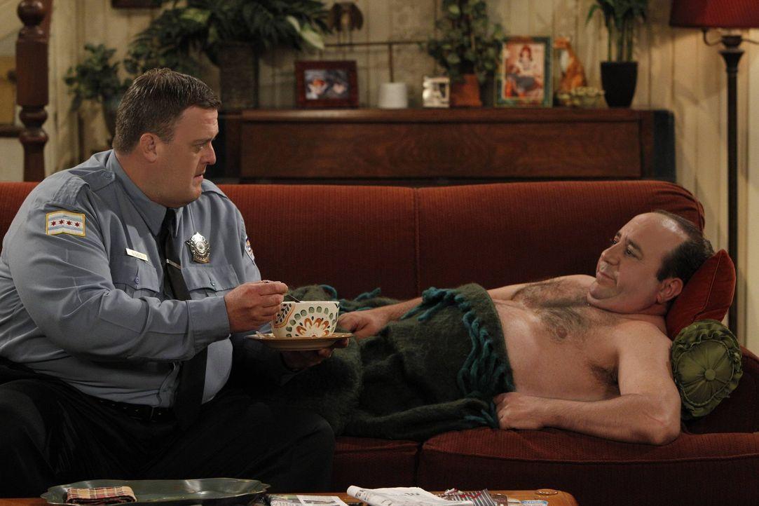 Durch einen Sexunfall ist Vince (Louis Mustillo, r.) an die Couch gefesselt, da aber Joyce verschwindet, müssen sich Mike (Billy Gardell, l.) und Mo... - Bildquelle: Warner Brothers