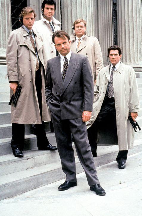 Spezialagent David Jenkins (Sam Neill, M.) und seine zu allem entschlossenen Mannen machen Jagd auf den Unsichtbaren ... - Bildquelle: Warner Bros.
