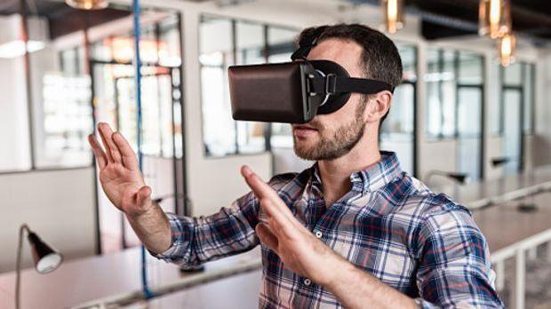 """Junger Mann """"tastet"""" nach der Wirklichkeit, die er durch die VR-Bri..."""