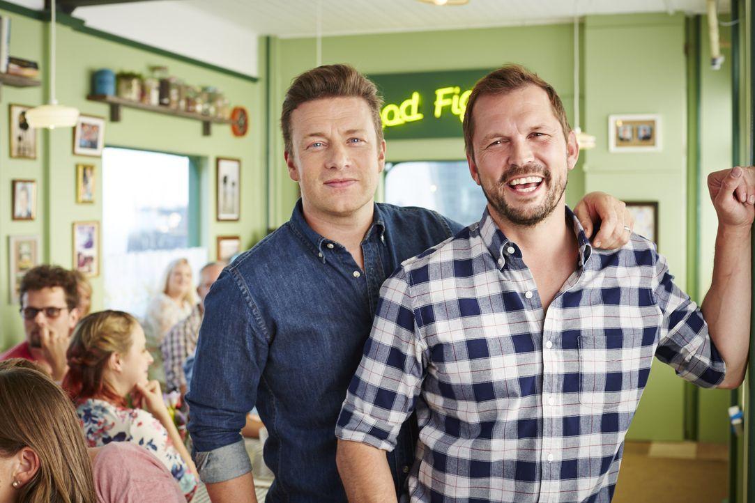 (3. Staffel) - Eine kulinarische Reise wartet auf Jamie Oliver (l.), Jimmy Doherty (r.) und ihre Gäste ...