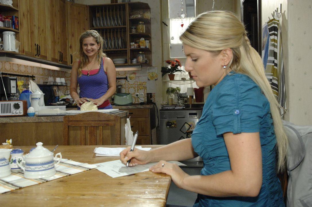 Mia (Josephine Schmidt, l.) ist total erleichtert, dass Anna (Jeanette Biedermann, r.) die Personalbogen für sie ausfüllt ... - Bildquelle: Sat.1