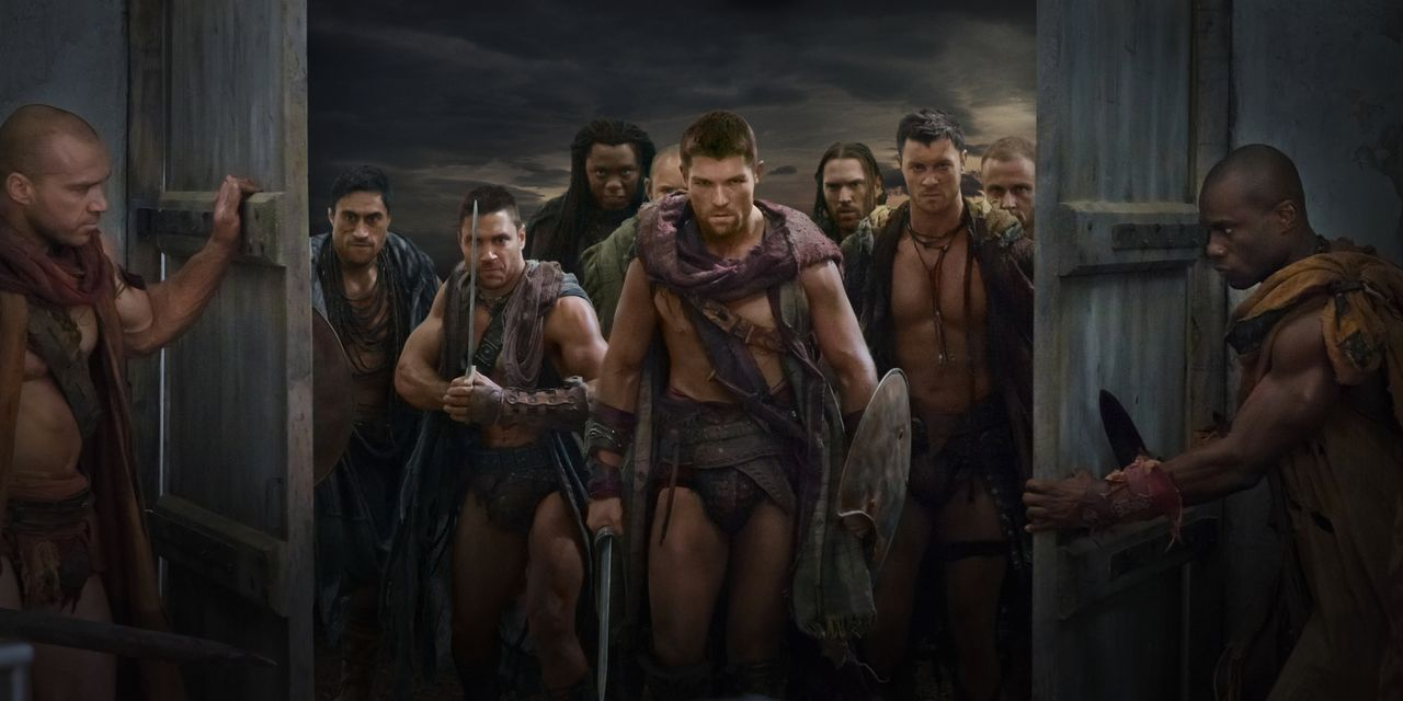 Als Crixus (Manu Bennett, 2.v.l.) erfährt, dass seine geliebte Naevia in einer Villa in der Nähe von Capua war, überfällt er mit Spartacus (Liam McI... - Bildquelle: 2011 Starz Entertainment, LLC. All rights reserved.
