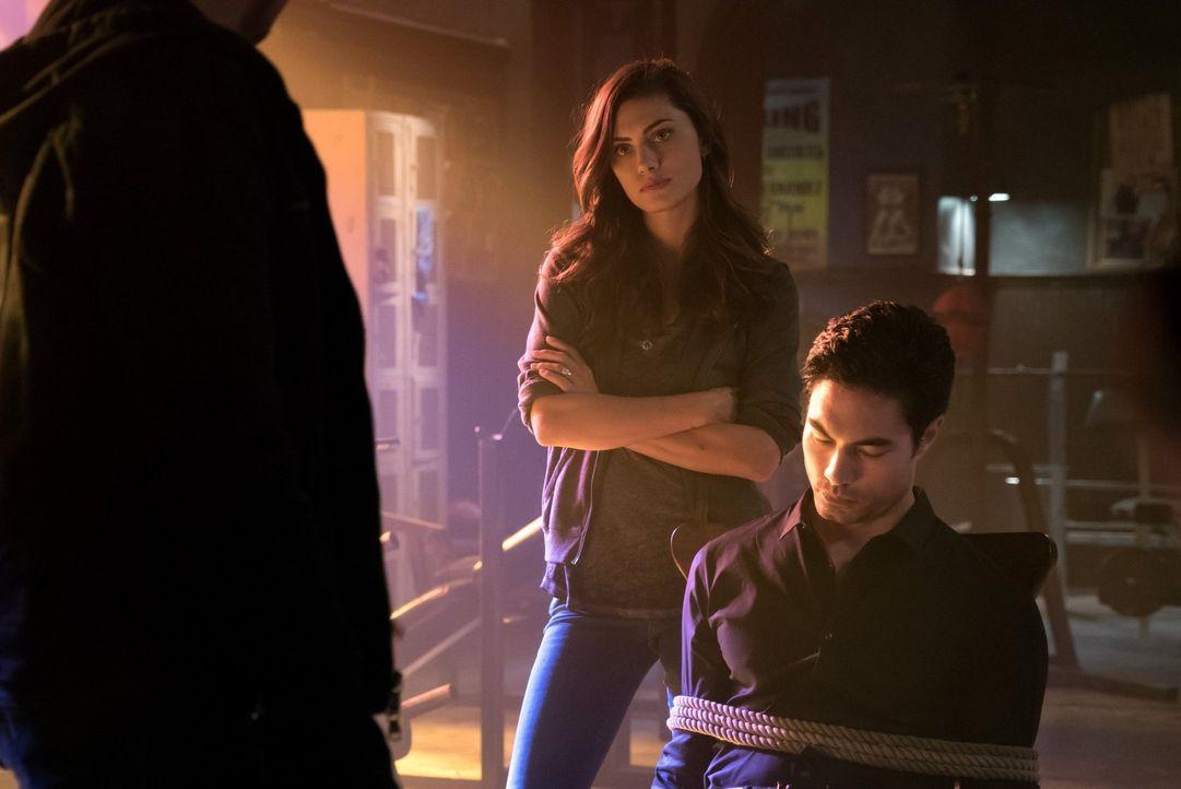 Shen (David E. Collier, r.) verfolgt Hayley (Phoebe Tonkin, l.) auf Schritt und Tritt - warum? - Bildquelle: Warner Bros. Entertainment Inc.