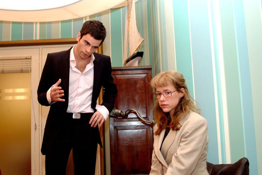 Während Lisa (Alexandra Neldel, r.) David (Mathis Künzler, l.) von Sabrinas Intrige berichten will, wird sie von ihm barsch unterbrochen und aufge... - Bildquelle: Sat.1