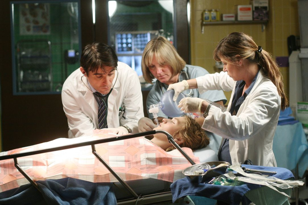 Versuchen alles, um einem Patienten das Leben zu retten: Luka (Goran Visnjic, l.) und Abby (Maura Tierney, r.) ... - Bildquelle: Warner Bros. Television