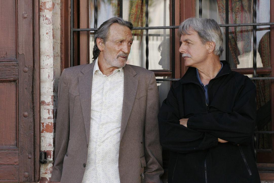 Gibbs (Mark Harmon, r.) bittet NIS Agent Mike Franks (Muse Watson, l.) um Hilfe in seinem aktuellen Fall ... - Bildquelle: CBS Television