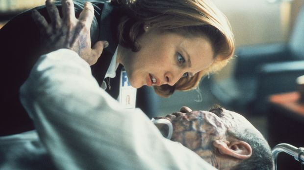 Scully (Gillian Anderson, l.) kann Skinner (Mitch Pileggi, liegend) gerade no...