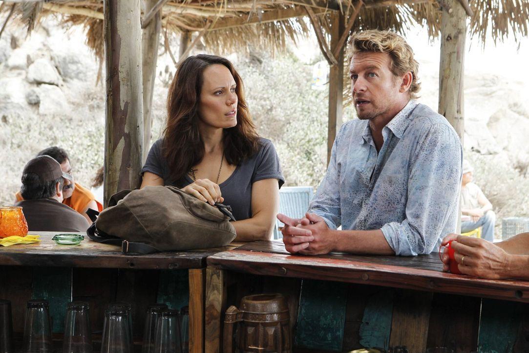 Um vor dem FBI sicher zu sein, lebt Patrick Jane (Simon Baker, r.), nachdem er Red John ermordet hat, in Südamerika. Dort verliebt er sich in Kim Fi... - Bildquelle: Warner Brothers Entertainment Inc.