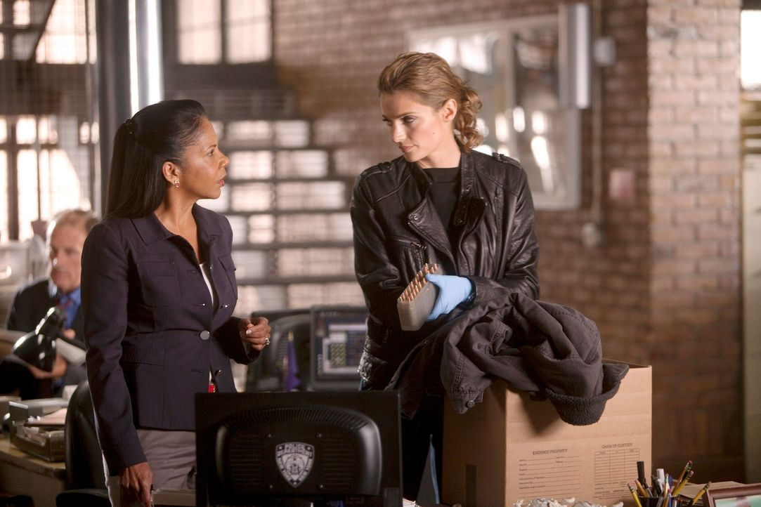 Captain Victoria Gates (Penny Johnson, l.) legt Kate Beckett (Stana Katic, r.) nahe, sich eine Auszeit zu gönnen ... - Bildquelle: 2011 American Broadcasting Companies, Inc. All rights reserved.