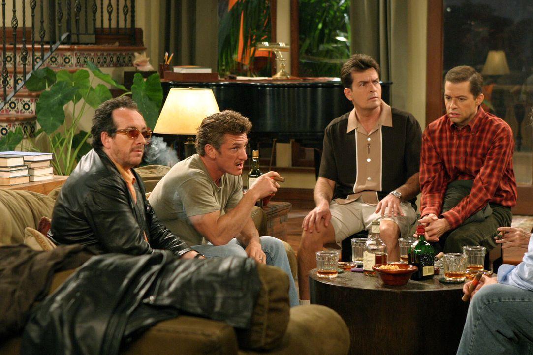 Obwohl Charlie (Charlie Sheen, 2.v.r.) seinen Bruder Alan (Jon Cryer, r.) gebeten hat, nicht zu erscheinen, taucht er auf und stört die Männerrund... - Bildquelle: Warner Bros. Television
