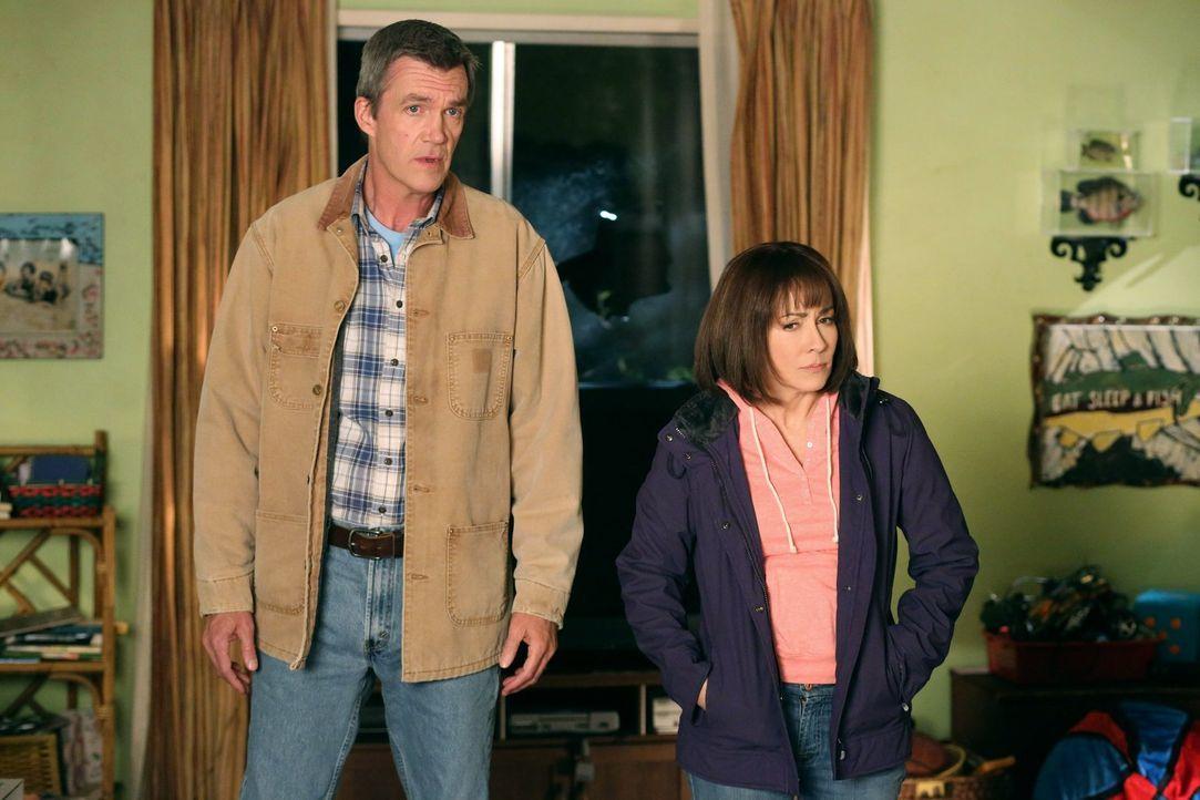 Frankie (Patricia Heaton, r.) und Mike (Neil Flynn, l.) sind entsetzt, als sie nach Hause kommen und feststellen, dass ein Loch in ihrer Fenstersche... - Bildquelle: Warner Brothers
