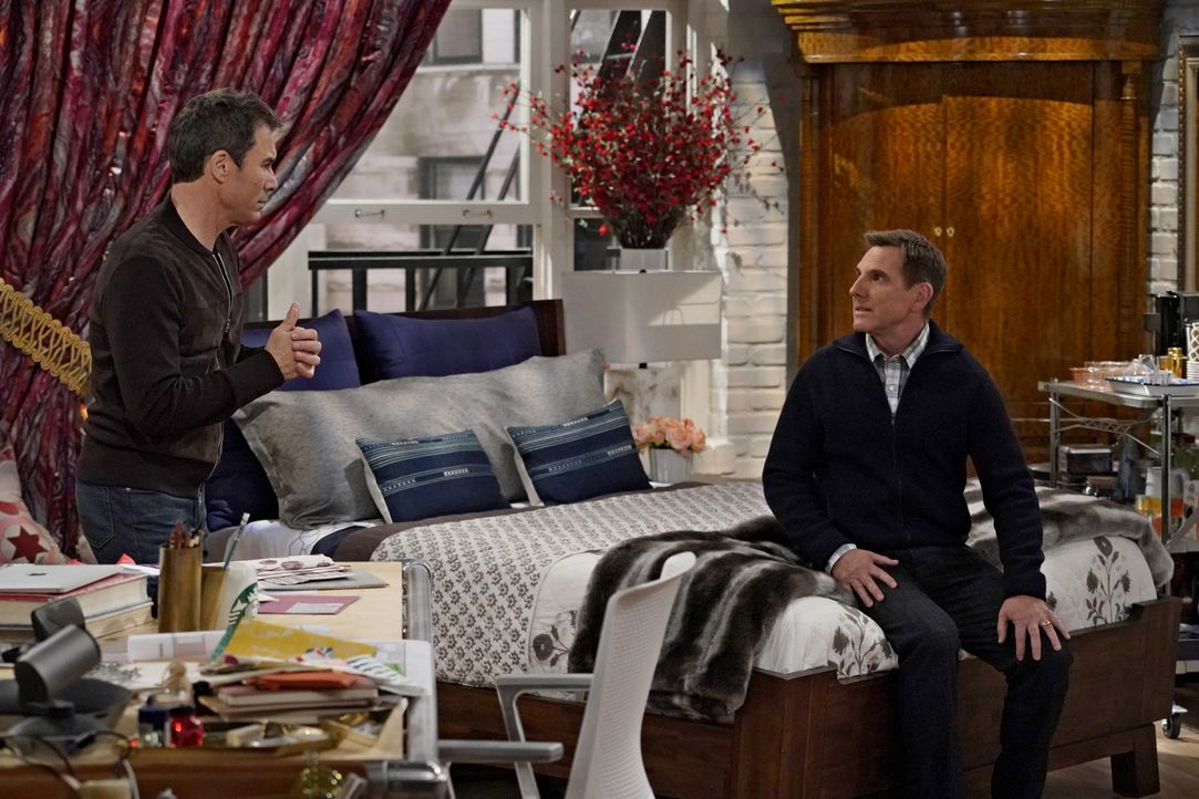 Wie wird Will (Eric McCormack, l.) damit umgehen, als sein langjähriger Kumpel Larry (Tim Bagley, r.) plötzlich glaubt, in ihn verliebt zu sein? - Bildquelle: Chris Haston 2017 NBCUniversal Media, LLC