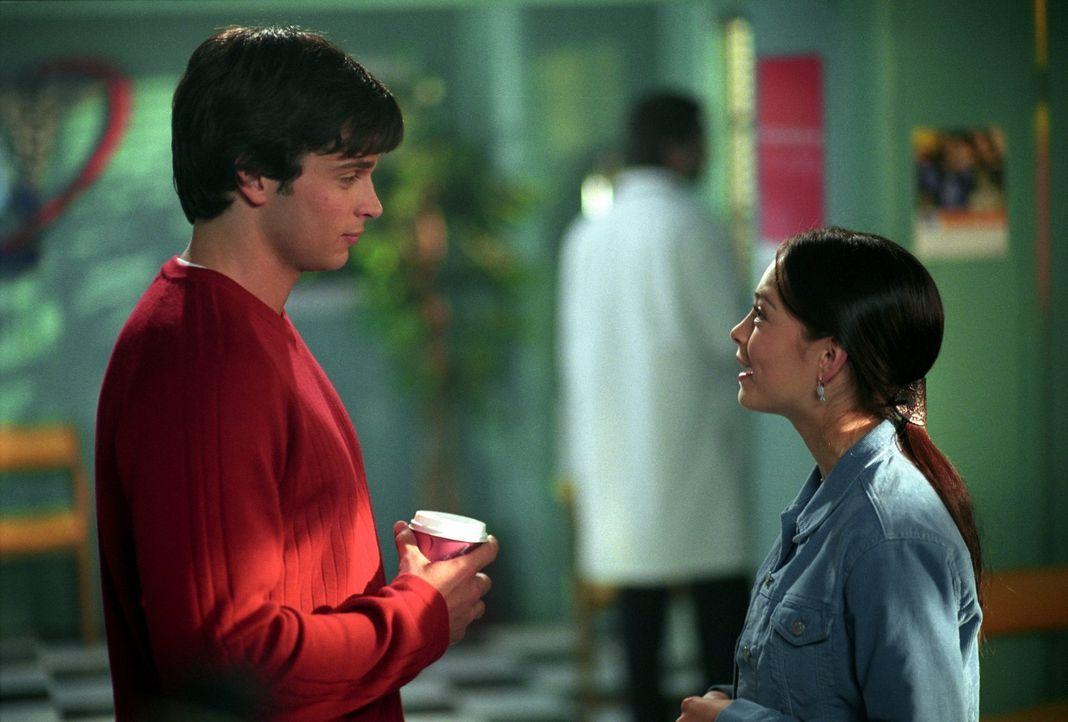 Fühlen sich sehr zueinander hingezogen: Clark (Tom Welling, l.) und Lana (Kristin Kreuk, r.) ... - Bildquelle: Warner Bros.
