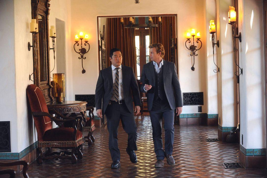 Patrick Jane (Simon Baker, r.) und Kimball Cho (Tim Kang, l.) besuchen eine luxuriöse Rehabilitationsklinik, um dort den Tod eines jungen Models zu... - Bildquelle: Warner Bros. Television