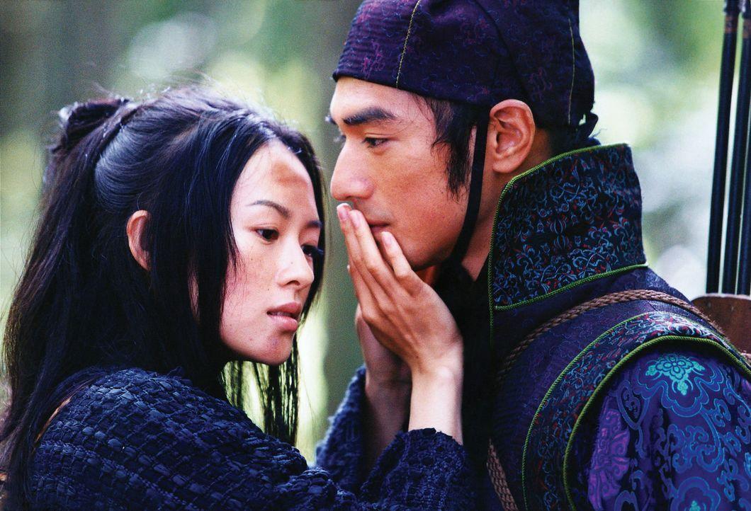 Als sich die blinde Rebellin Mei (Zhang Ziyi, l.) in Jin (Takeshi Kaneshiro, r.) verliebt, entbindet sie den Zaudernden von allen Verpflichtungen un... - Bildquelle: Constantin Film
