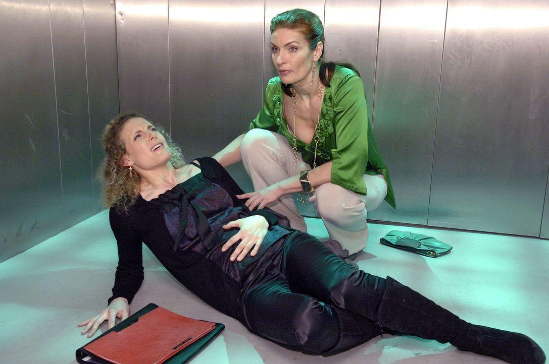 Der Streit zwischen Natascha (Franziska Matthus, r.) und Maja (Barbara Lanz, l.) eskaliert im Fahrstuhl - und Maja muss plötzlich um ihr Baby fürcht... - Bildquelle: Claudius Pflug Sat.1