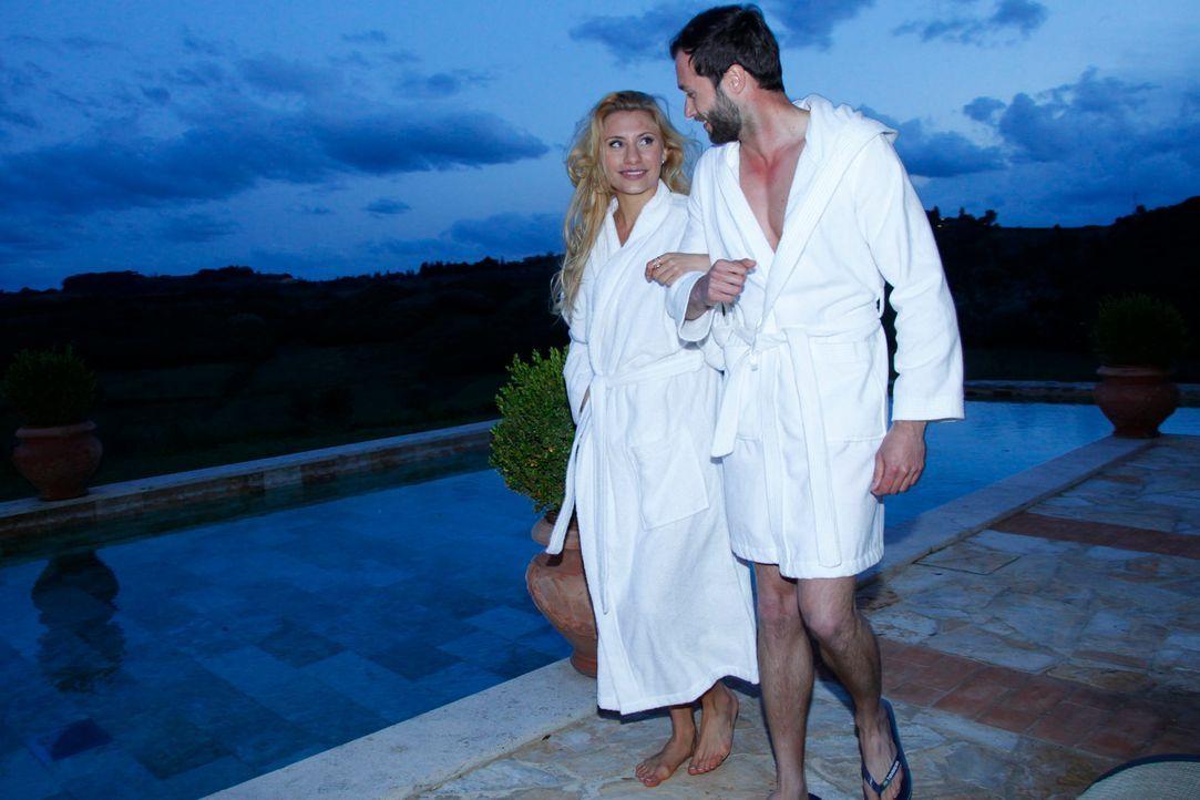 Peter (r.) und Jenni (l.) gönnen sich ein nächtliches Bad ... - Bildquelle: Richard Hübner ProSieben