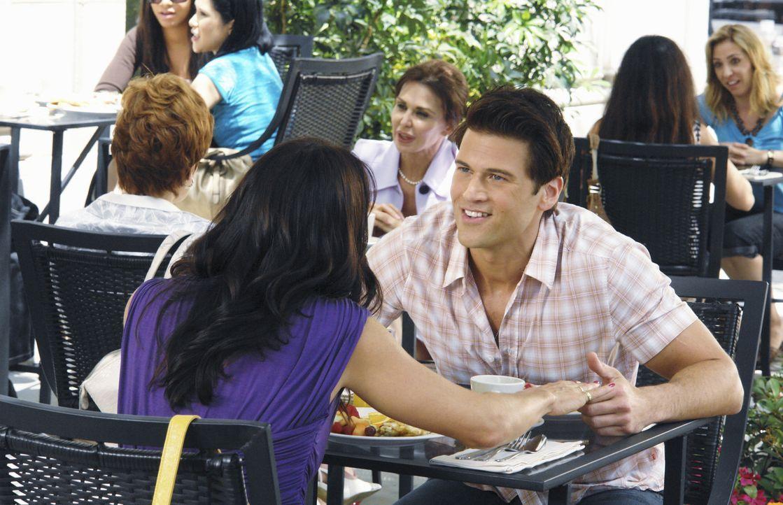 Freuen sich auf ihr zehntes Date: Josh (Nick Zano, r.) und Jules (Courteney Cox, l.) ... - Bildquelle: 2009 ABC INC.