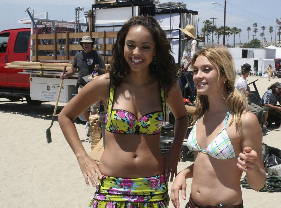 Genießen ihre Frühlingsferien: Ashleigh (Amber Stevens, l.) und Casey (Spencer Grammer, r.) ... - Bildquelle: ABC Family