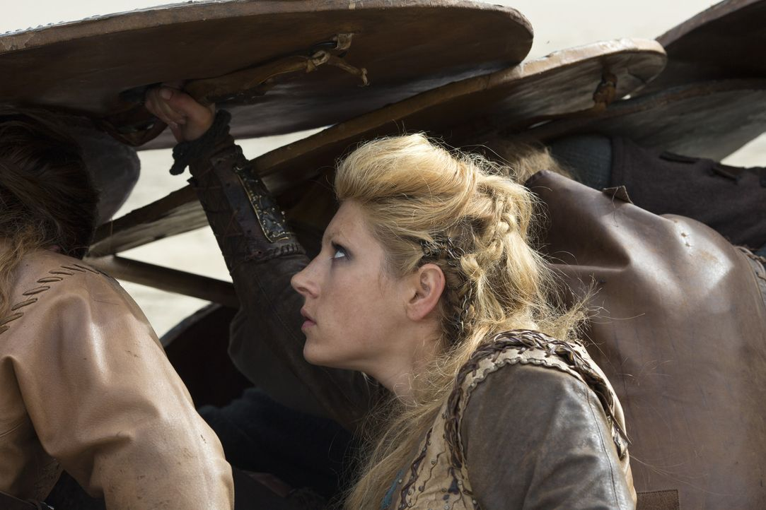 Im Kampfgetümmel: Lagertha (Katheryn Winnick) ... - Bildquelle: 2013 TM TELEVISION PRODUCTIONS LIMITED/T5 VIKINGS PRODUCTIONS INC. ALL RIGHTS RESERVED.