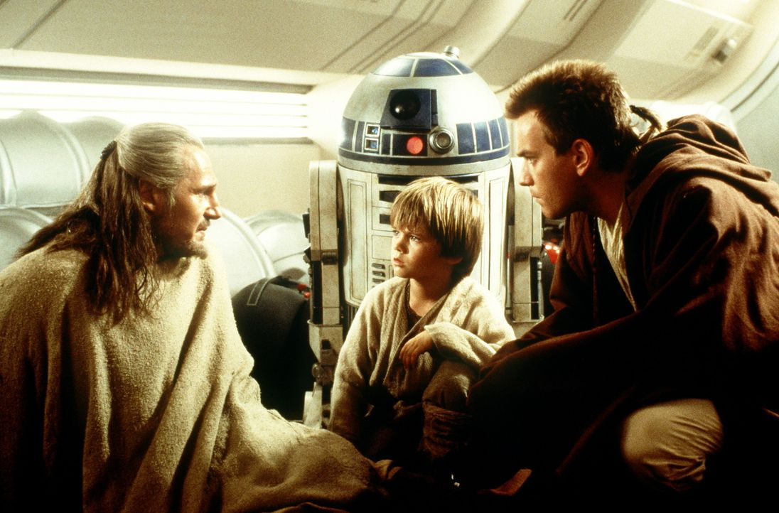 Als die Jedi-Ritter Qui-Gon Jinn (Liam Neeson, l.) und Obi-Wan Kenobi (Ewan McGregor, r.) den 9-jährigen Sklaven Anakin Skywalker (Jake Lloyd, M.)... - Bildquelle: 1999 Lucasfilm Ltd. & TM All rights reserved Used with permission