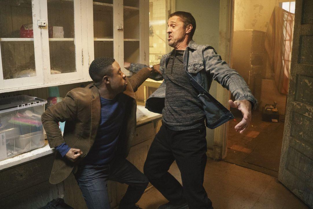 Mit Carter (Justin Hires, l.) ist nicht zu spaßen. Um den Mord an einer Kollegin des Drogendezernats aufzuklären, legt er sich mächtig ins Zeug ... - Bildquelle: Warner Brothers