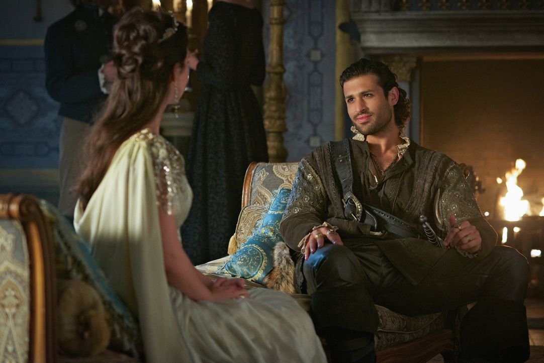 Ist es wirklich eine gute Entscheidung von Mary Stuart (Adelaide Kane, l.), den attraktiven Freibeuter Martin de Lambert (Saamer Usmani, r.) für ihr... - Bildquelle: Sven Frenzel 2015 The CW Network, LLC. All rights reserved.