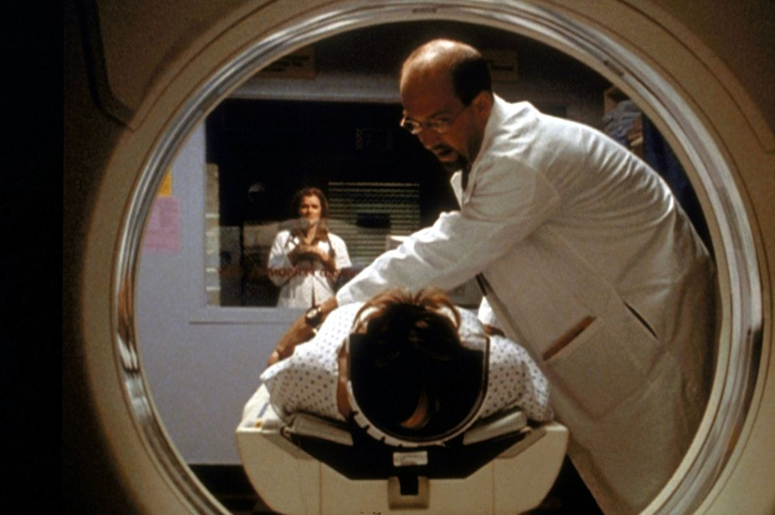 Amanda Lee (Mare Winningham, hinten) hat Dr. Greene (Anthony Edwards, r.) mit einer psychisch labilen Patientin in einem Behandlungsraum eingeschlos... - Bildquelle: TM+  2000 WARNER BROS.
