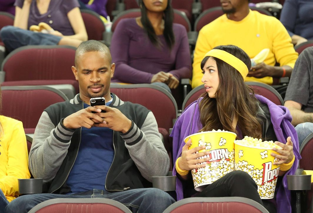 Anstatt sich mit seinem Date zu unterhalten, tippt Coach (Damon Wayans Jr., l.) fleißig Kurznachrichten. Cece (Hannah Simone, r.) ist genervt ... - Bildquelle: 2013 Twentieth Century Fox Film Corporation. All rights reserved.