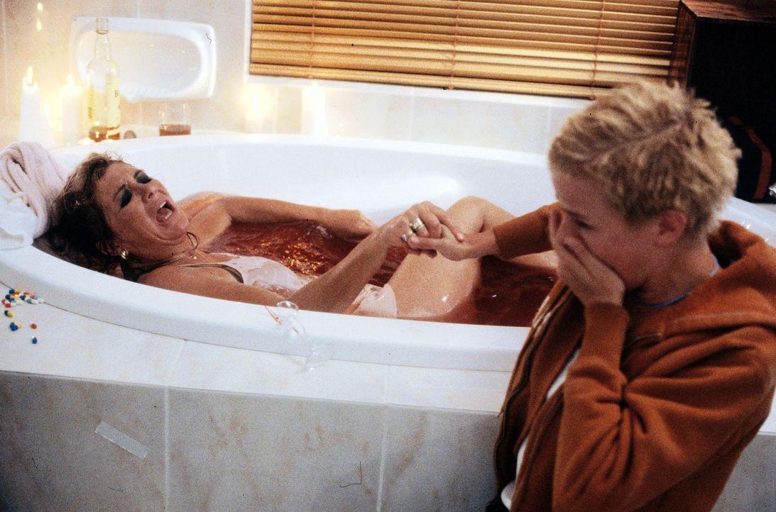 Nina (Mira Bartuschek, r.) findet ihre Mutter (Jutta Speidel, l.) in der Badewanne, vollgepumpt mit Tabletten. Sie hat einen Selbstmordversuch unter... - Bildquelle: Boris Guderjahn Sat.1