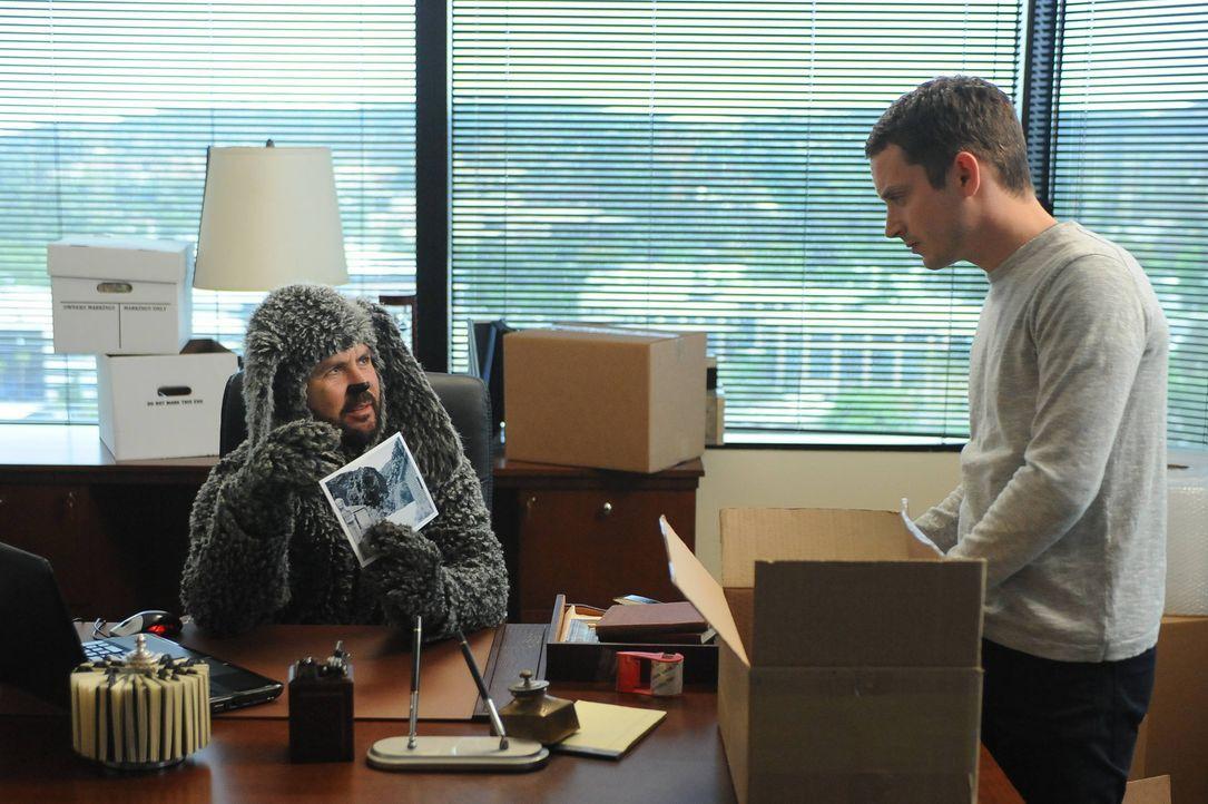 Genau wie in Ryans (Elijah Wood, r.) Traum findet Wilfred (Jason Gann, l.) einen mysteriösen Umschlag ... - Bildquelle: 2014 Fox and its related entities.  All rights reserved.