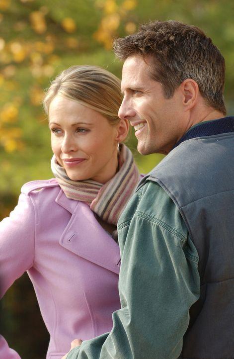 Beobachten skeptisch die ersten Annäherungsversuche ihrer jeweils vier Kinder: die frisch verheirateten Carrie (Josie Bissett, l.) und Jim (Rob Est... - Bildquelle: ABC FAMILY