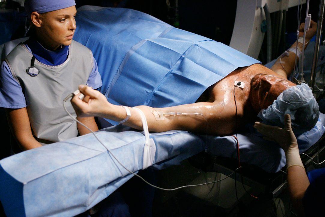 Izzie (Katherine Heigl, l.) wird mit ihrer Vergangenheit konfrontiert, als der Herzpatient Michael Norris (Tom Verica, r.) eingeliefert wird, dem si... - Bildquelle: Touchstone Television